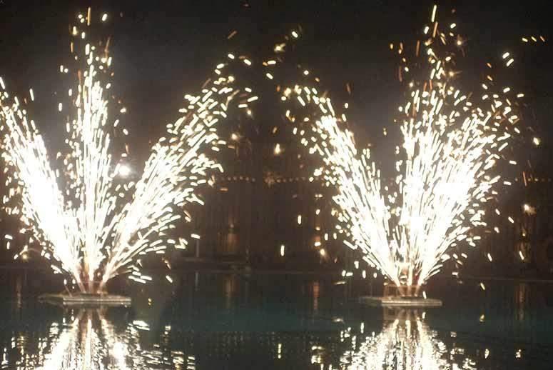 Πυροτεχνήματα γάμου συντριβάνια σε πισίνα
